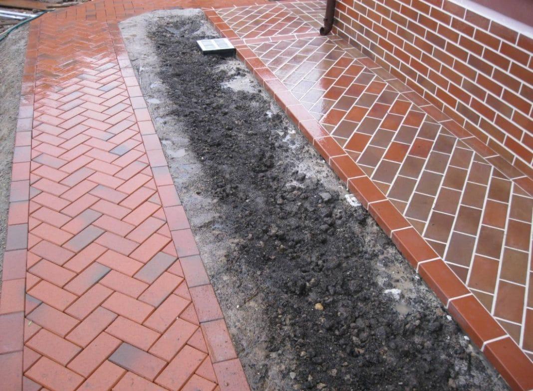 Как сделать отмостку своими руками из тротуарной плитки