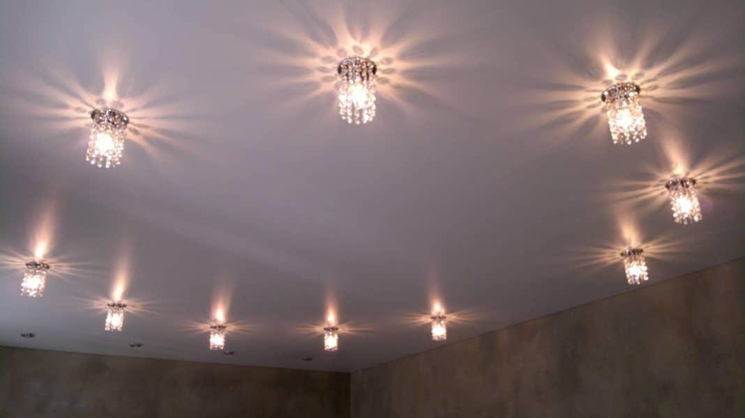 размещение светильников на натяжном потолке