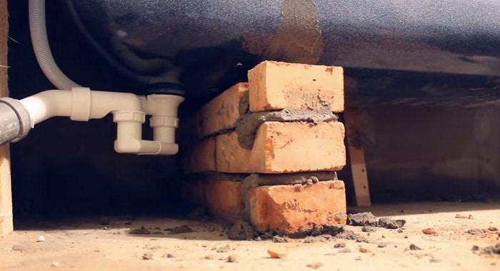 установка стальной ванны на кирпичи