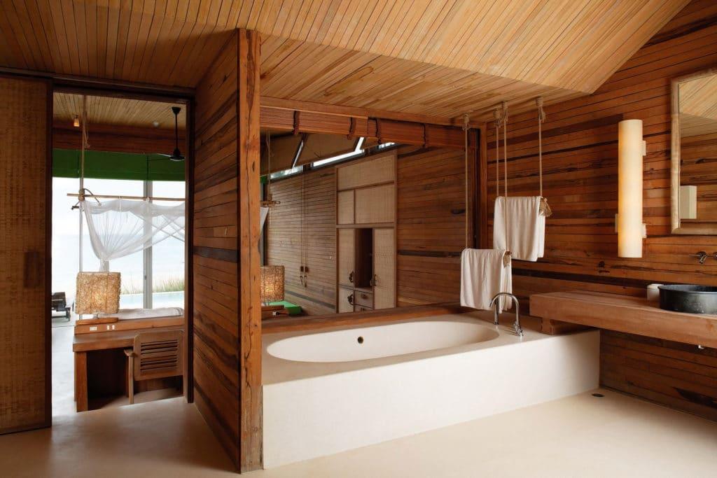 Отделка ванной в деревянном доме фото