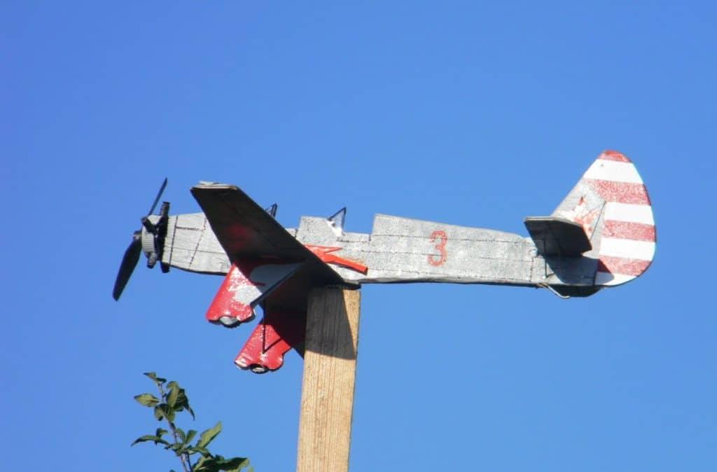 Флюгер-самолёт с пропеллером