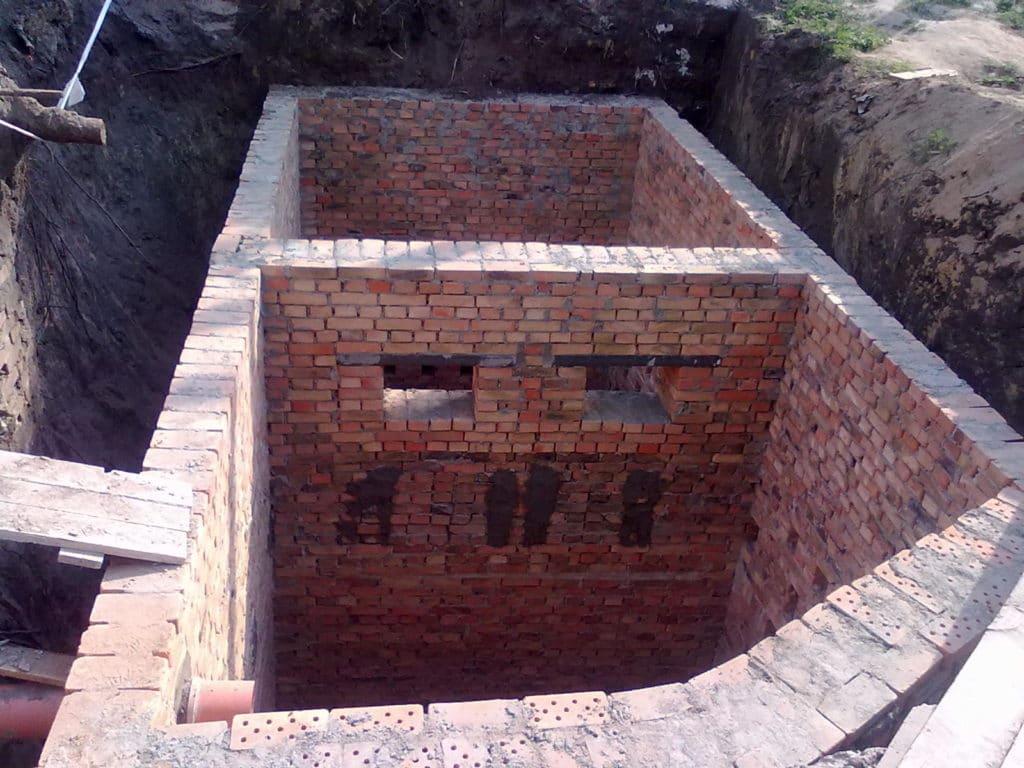 Возведение сливной ямы перед началом строительства бани