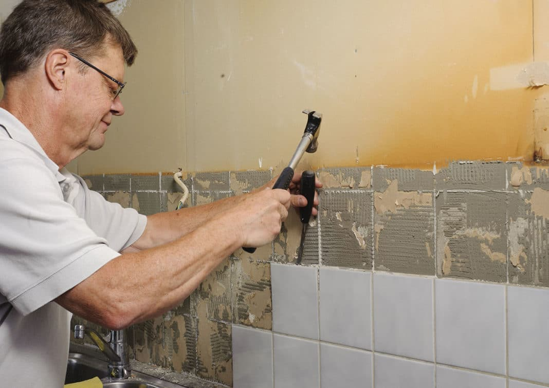 Как снять старую плитку со стены своими руками 28