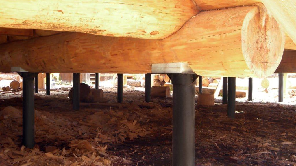 Фундамент бревенчатого дома на винтовых сваях
