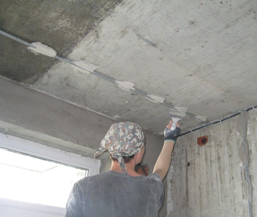 Выравнивание потолка по маякам