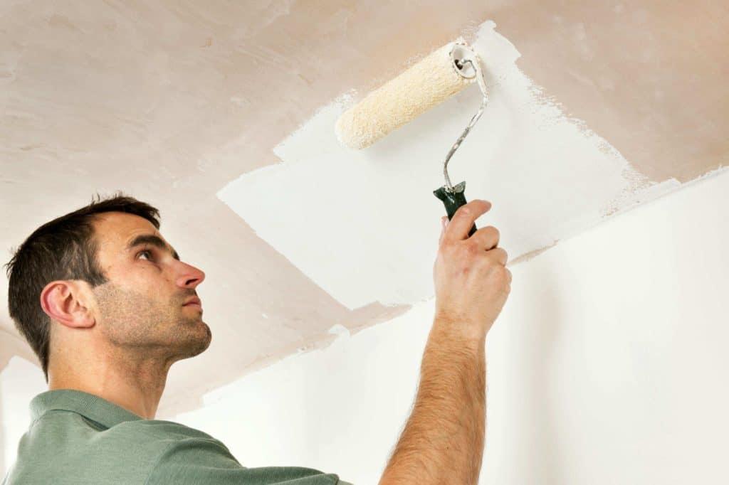 Процесс побелки потолка