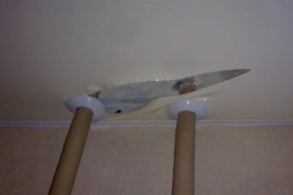 Деформация подвесного потолка в местах труб горячего водоснабжения