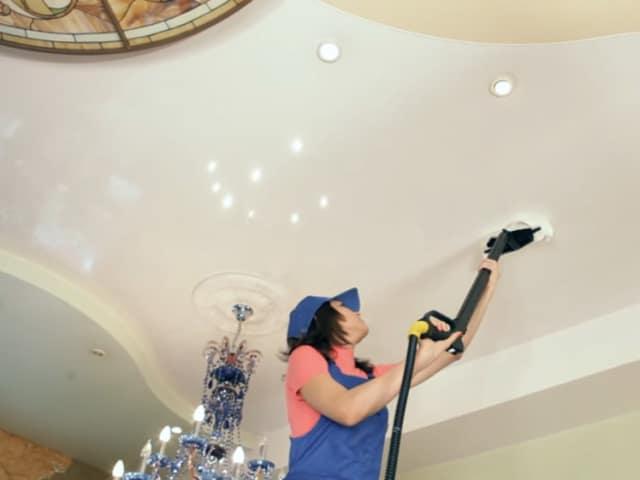 Небольшое количество пыли на тканевом полотне потолка можно убрать с помощью пылесоса