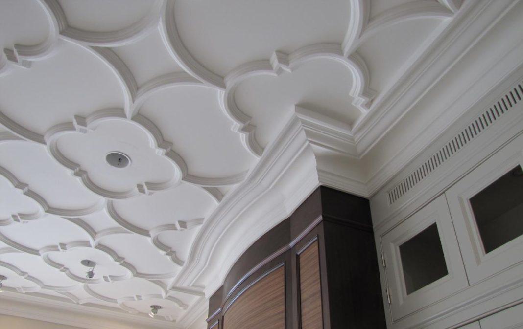 Как сделать лепнину на потолке своими руками?
