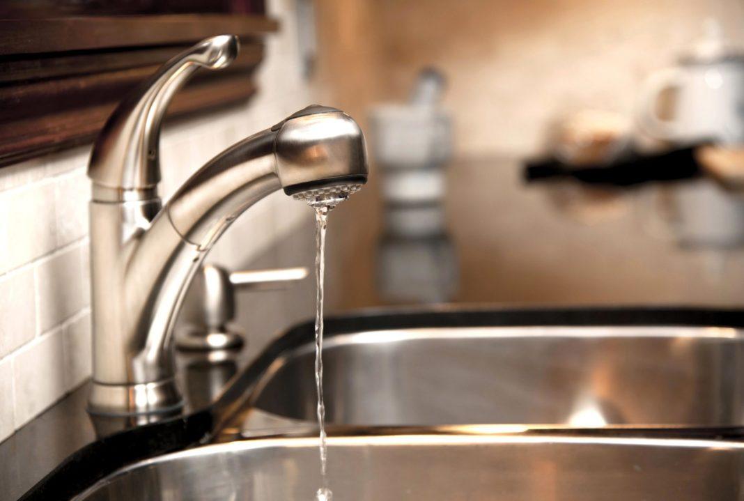 Почему снизился напор горячей воды и как устранить проблему?