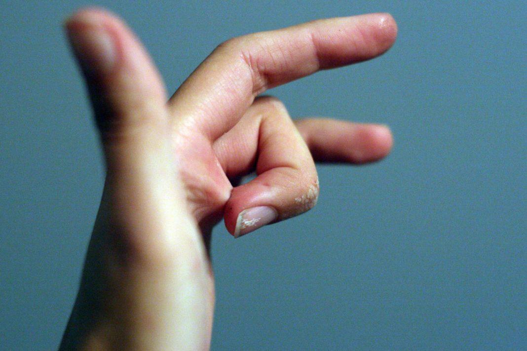 Клей Момент: как отмыть руки