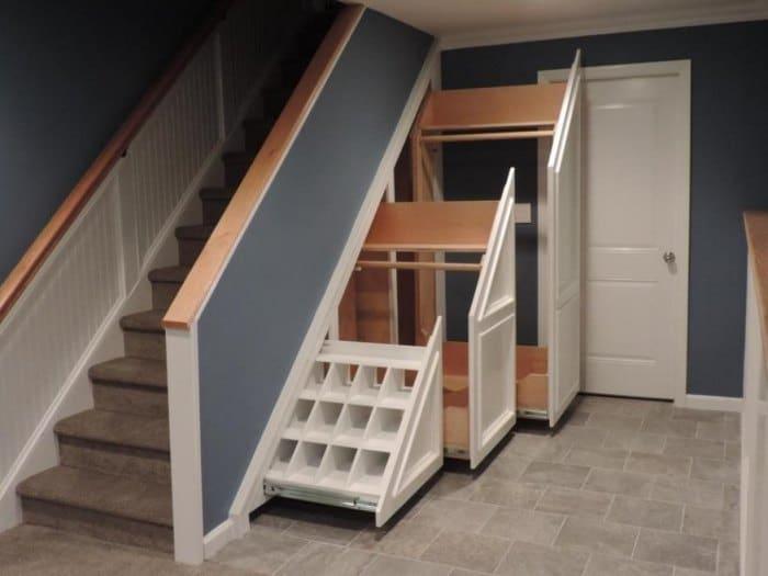 пространство под лестницей в частном доме
