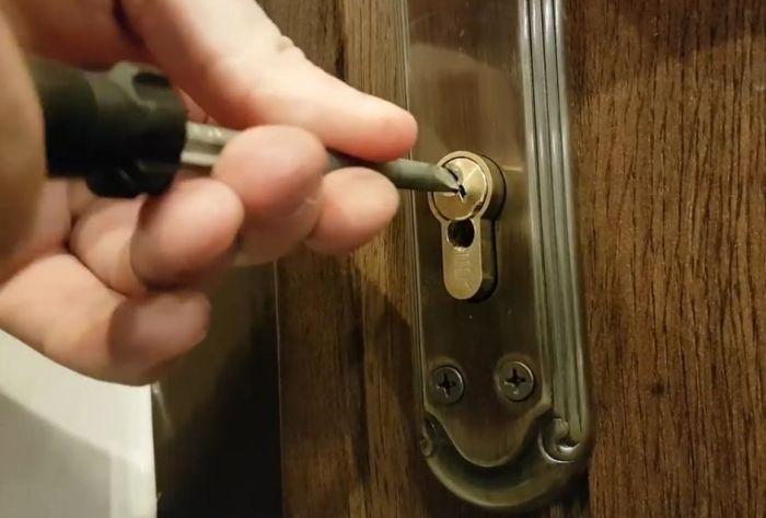 открывание двери отверткой