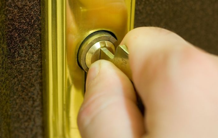 ключ застрял в замке как открыть дверь