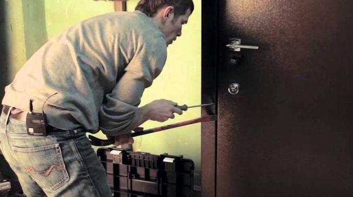 как отжать входную дверь