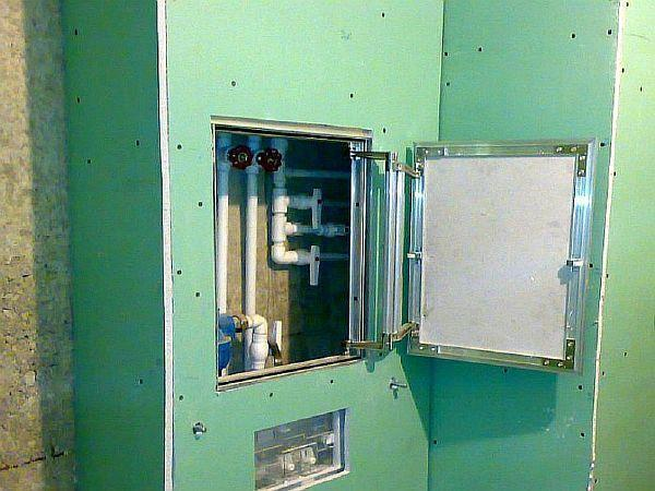 Фото – Монтаж люков в гипсокартонном коробе.