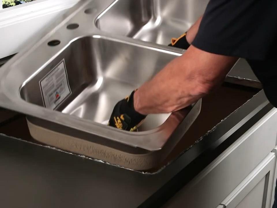 Установка мойки на кухне: правила для накладных моделей