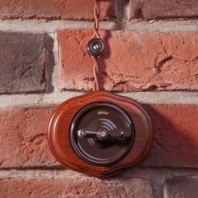 Винтажная проводка на изоляторах в деревянном доме.
