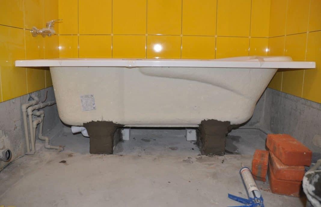 Установка чугунной ванны на кирпичи своими руками: инструкция и видео процесса