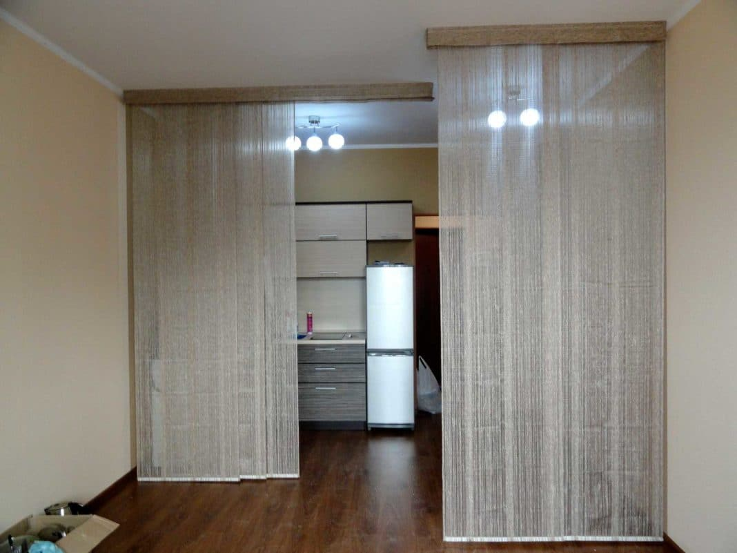 зонирование спальни шторами