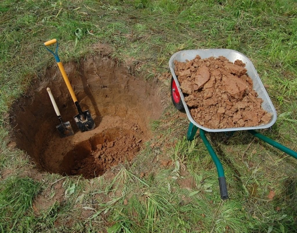 Комаем яму под купель
