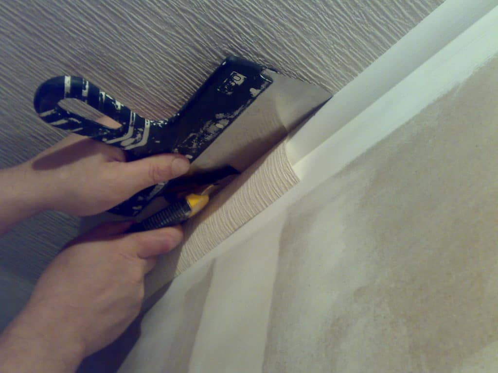 Подрезка бумажных обоев на углах