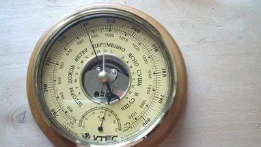 На какой высоте вешать гигрометр