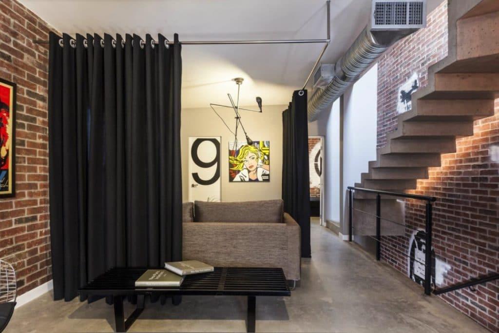 Зона отдыха в двухэтажной квартире студии