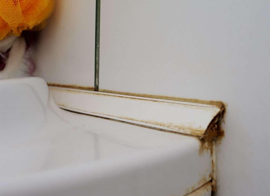 Пластиковый уголок в ванной после 5 лет эксплуатации