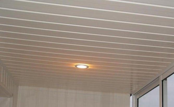 потолок на балконе из пластиковых панелей