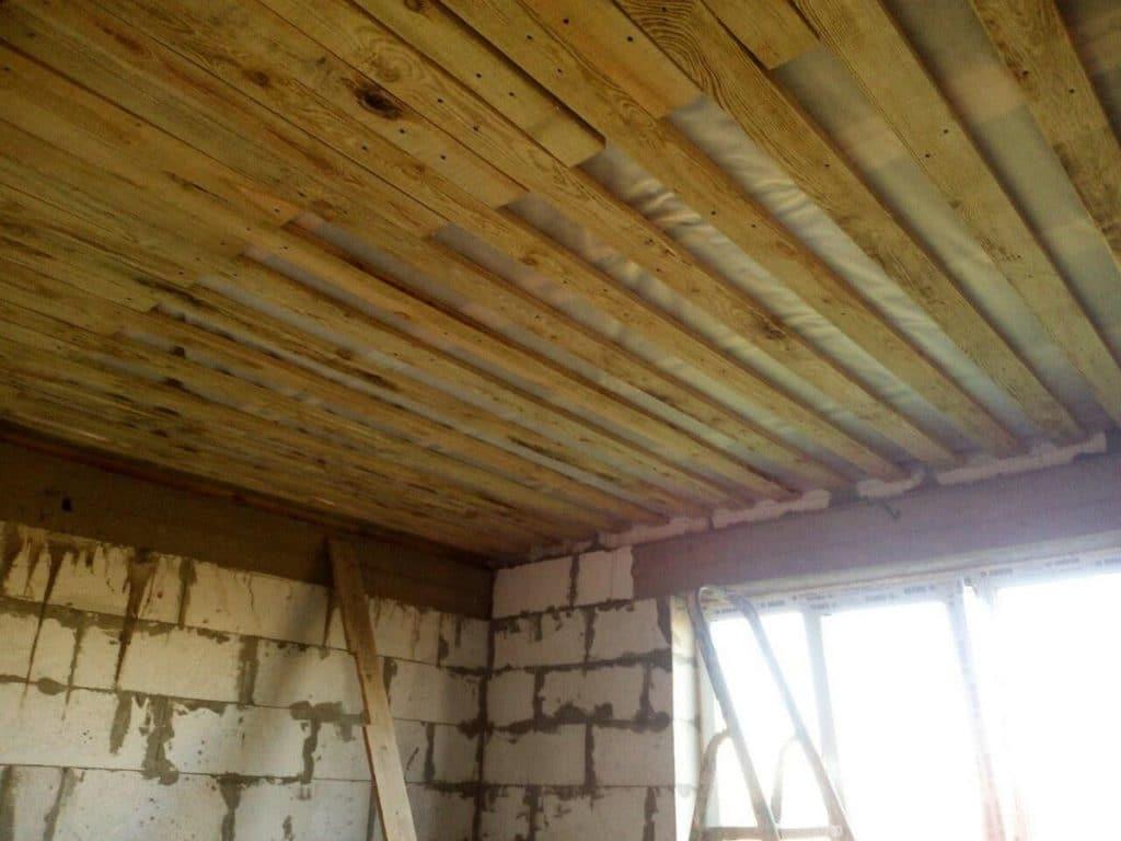 Черновой потолок из досок