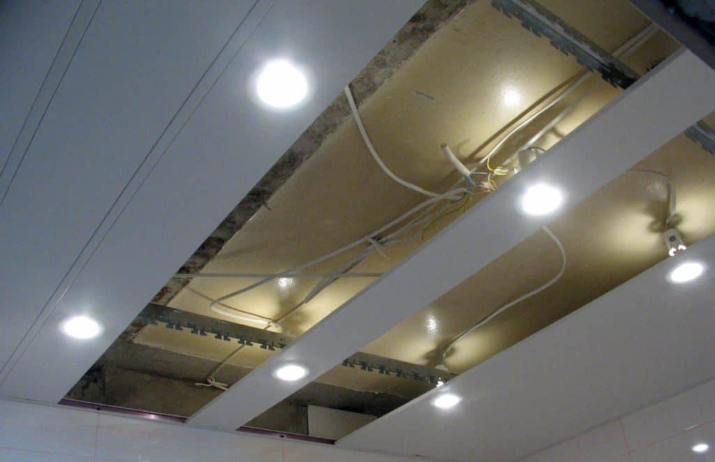 Монтаж МДФ плит на потолке