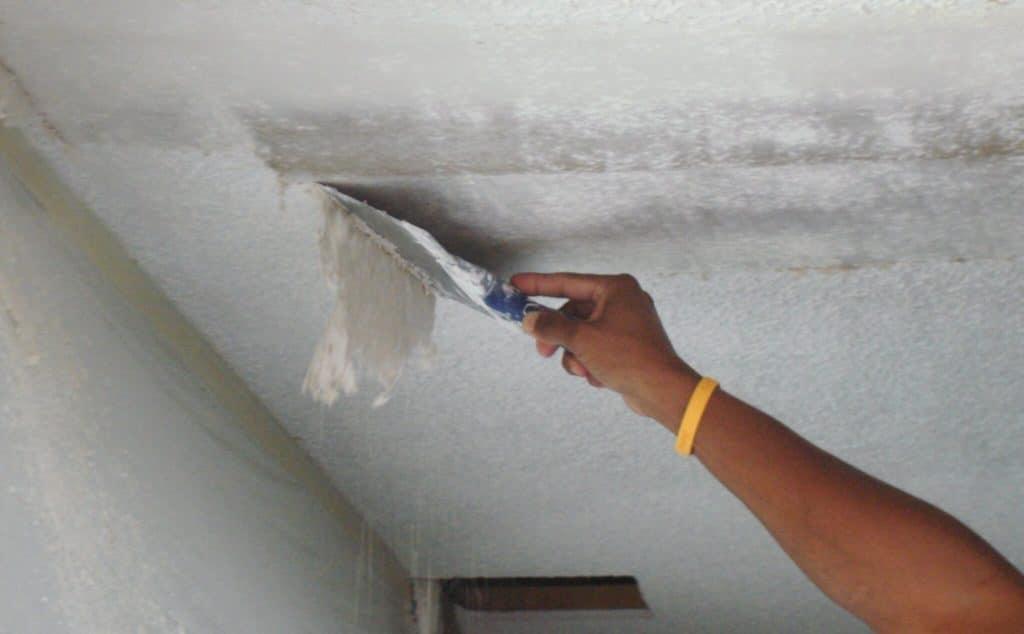Очистка потолка шпателем от старой побелки