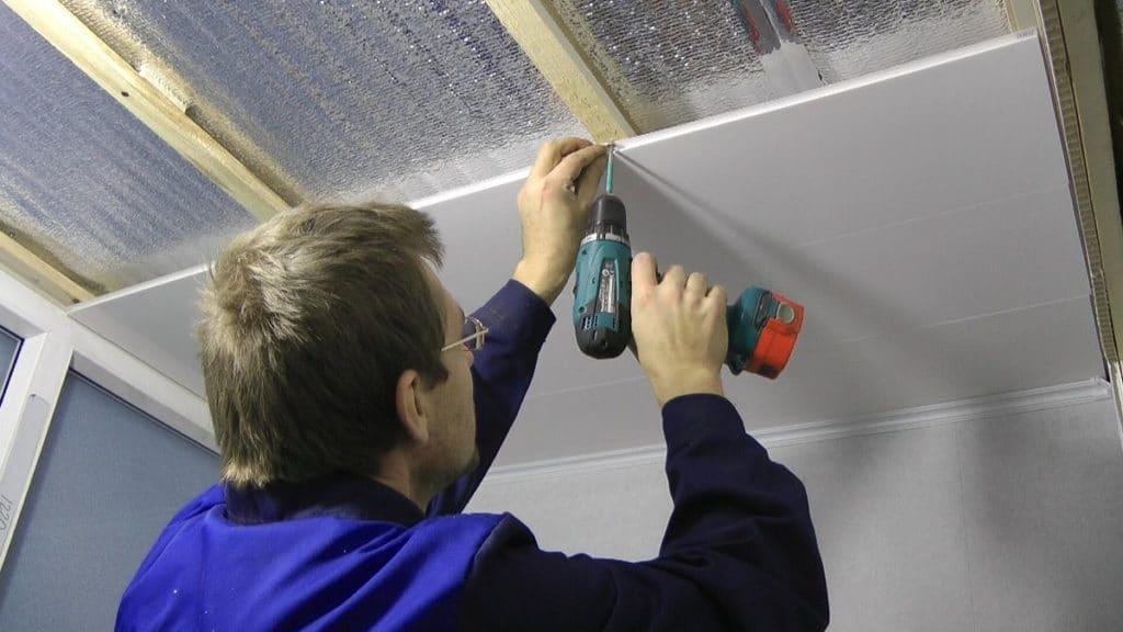 Обшивка потолка панелями из ПВХ