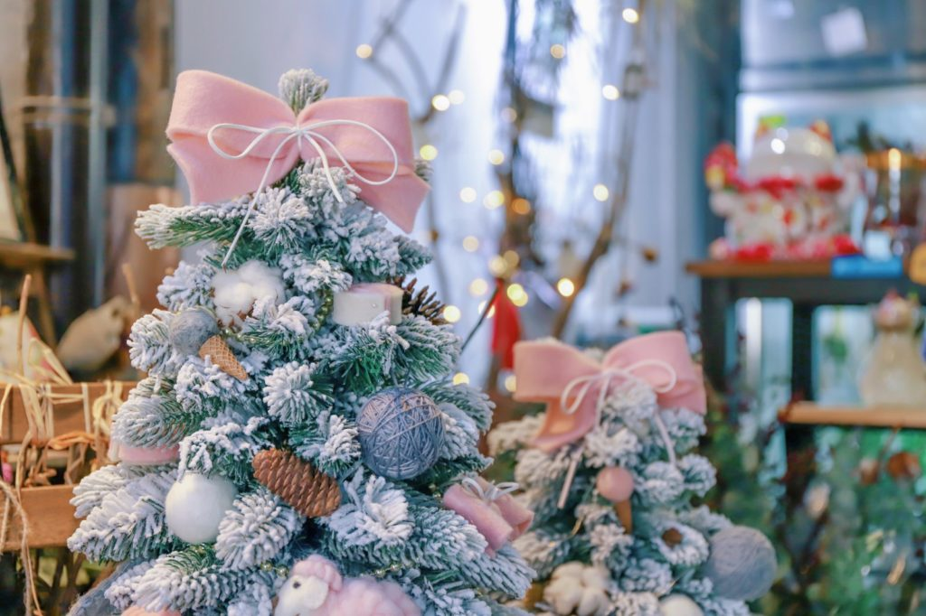 5 удачных цветовых решений для новогодней елки