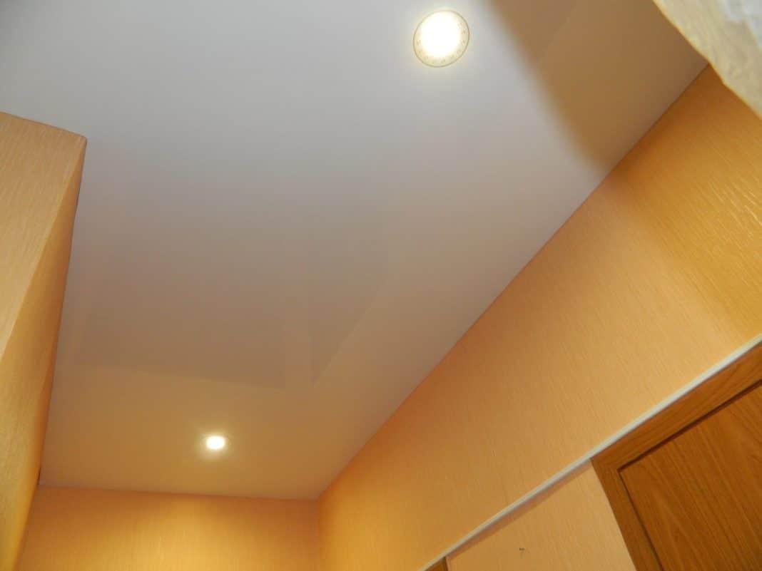 Натяжной потолок без плинтуса