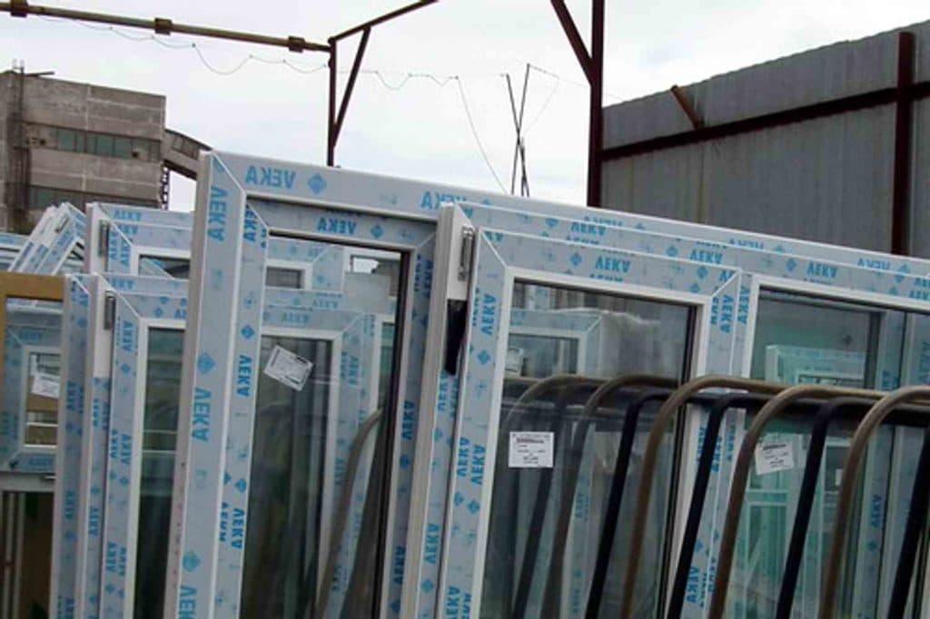 Пленка на пластиковых окнах: как снять?
