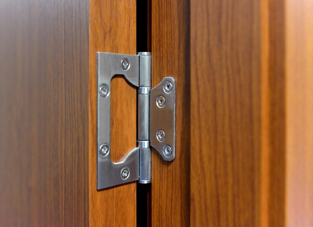 Входная дверь: причины неполадок и как отрегулировать ее?