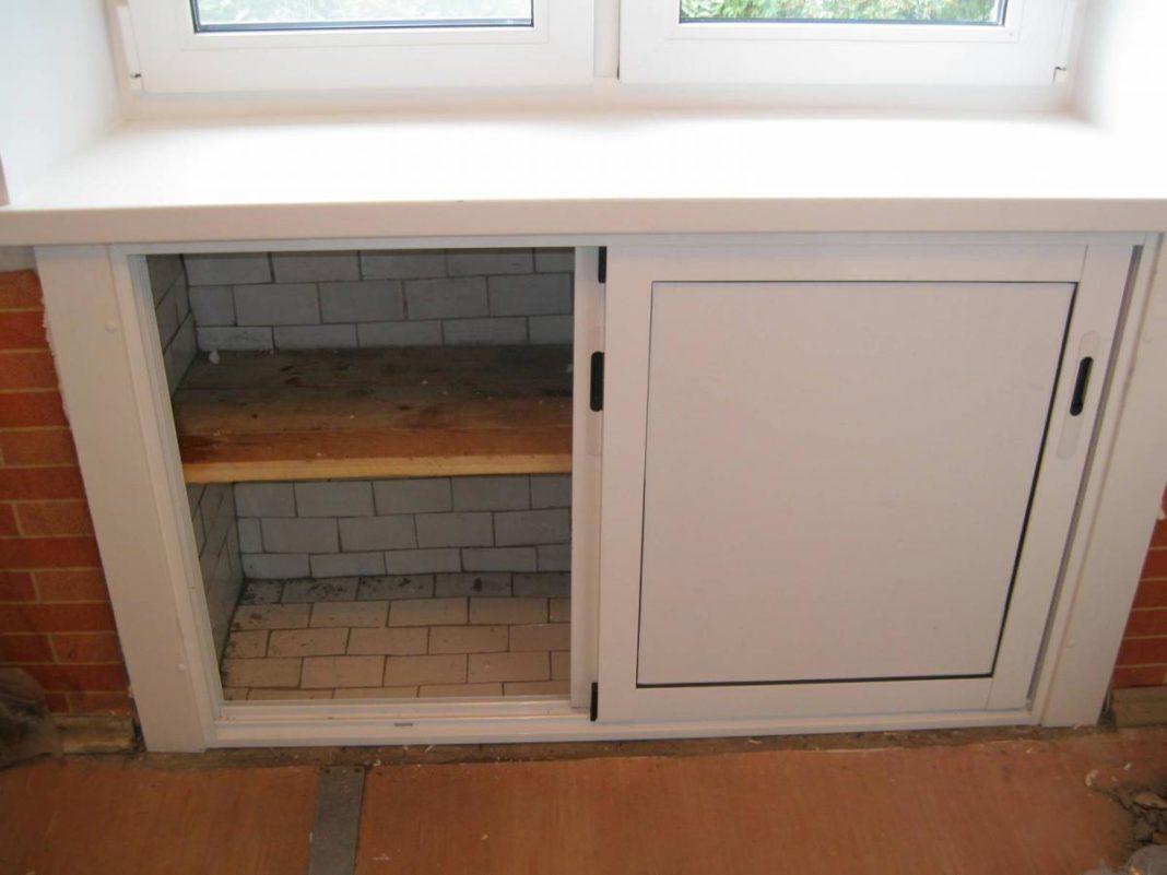 Отделка холодильника под окном