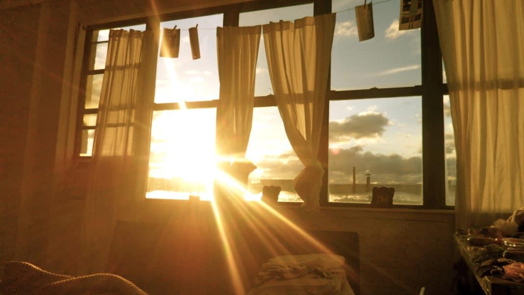 4 способа защитить квартиру от солнца