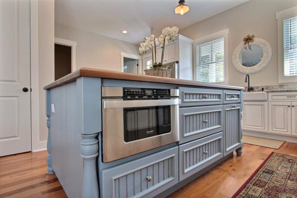Микроволновая печь, установленная в кухонный остров
