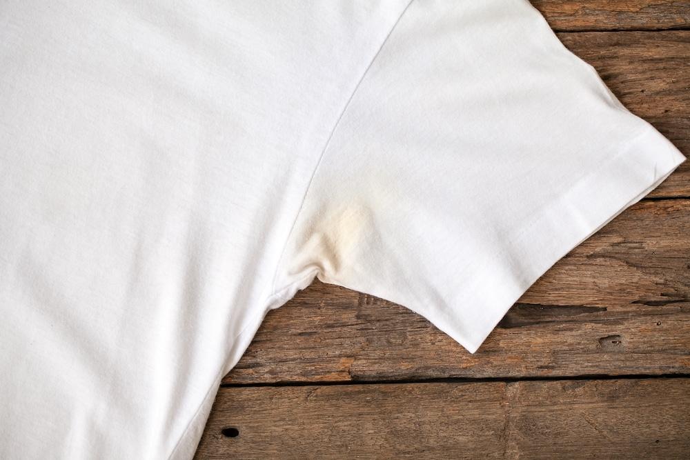 Как отстирать желтые подмышки от пота на белых вещах: проверенные советы