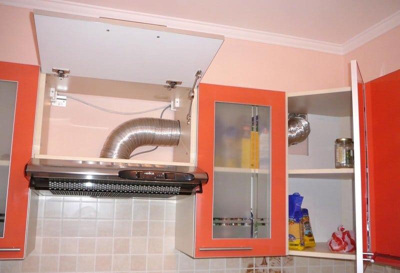 Гофра от вытяжки внутри кухонного гарнитура