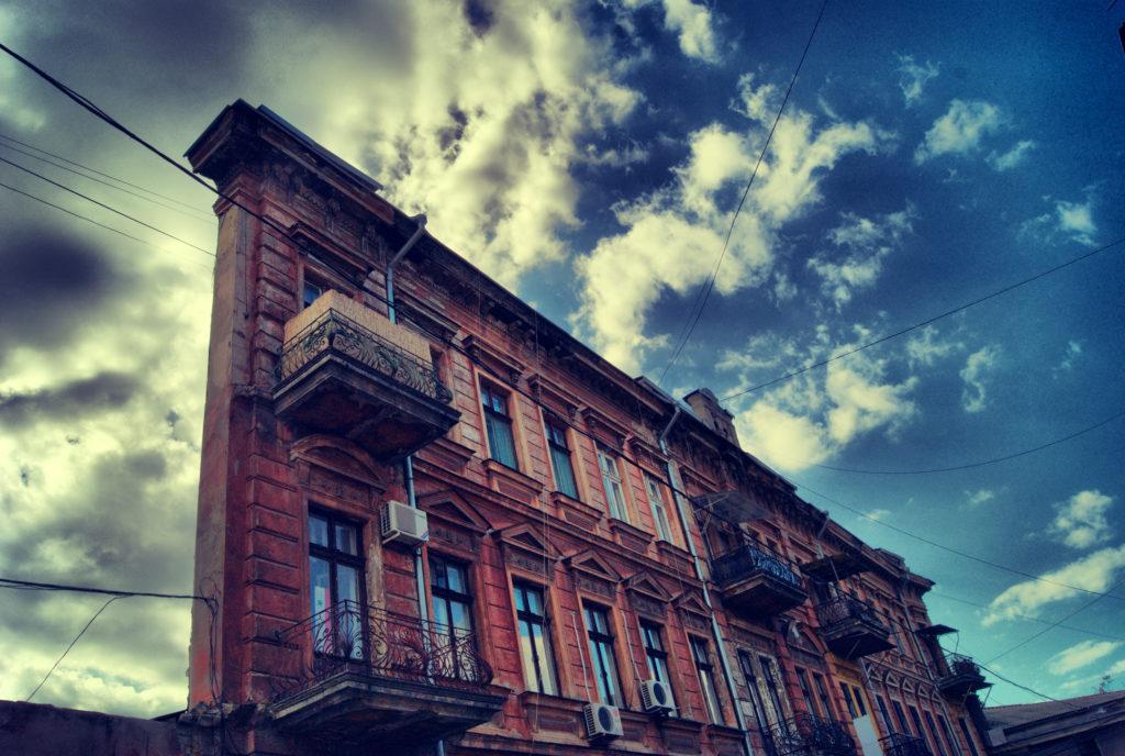 Плоский дом-стена в Одессе: а вы смогли бы жить в таком доме?