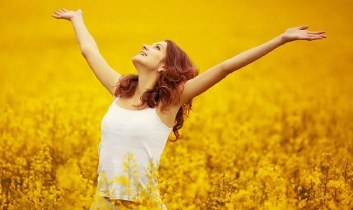 девушка в желтом поле